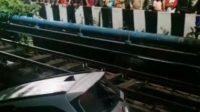 Akibat Hindari Mobil yang Terobos Lampu Merah, Toyota Rush Masuk Sungai di Tegal